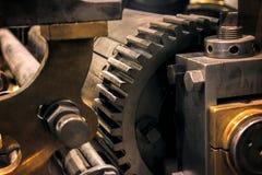 Винтажный комплект собрания колес шестерней cogs Механизм разделяет взгляд макроса Различные зубы cogwheels формируют объекты с т стоковое изображение rf