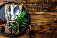Винтажный комплект столового прибора, украшение рождества на железной плите, деревянной предпосылке Стоковые Фотографии RF
