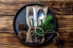 Винтажный комплект столового прибора, украшение рождества на железной плите, деревянной предпосылке Стоковое Изображение