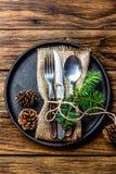 Винтажный комплект столового прибора, украшение рождества на железной плите, деревянной предпосылке Стоковые Фото