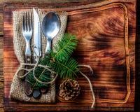 Винтажный комплект столового прибора, украшение рождества на деревянной разделочной доске Стоковое Изображение RF