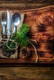 Винтажный комплект столового прибора, украшение рождества на деревянной разделочной доске Стоковые Изображения