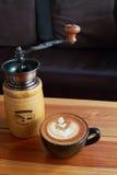Винтажный коричневый кофе и механизм настройки радиопеленгатора на деревянном столе золота стоковая фотография rf