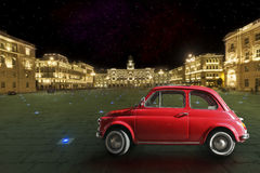 Винтажный красный автомобиль в историческом городе Триеста, Италии ноча стоковое фото rf