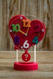 Винтажный красный будильник с формой сердца на деревянной предпосылке Стоковое Изображение RF