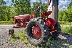 Винтажный красный старый трактор Стоковые Изображения