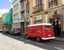 Винтажный красный Фольксваген Van на улице в Cuenca, эквадоре стоковые фото
