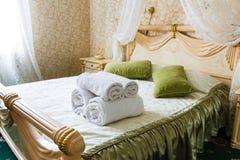 Винтажный классический интерьер спальни гостиницы Стоковая Фотография