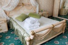 Винтажный классический интерьер спальни гостиницы Стоковые Изображения RF