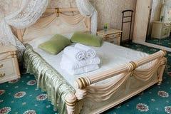Винтажный классический интерьер спальни гостиницы Стоковое Изображение RF