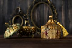 Винтажный ларец с патиной и золочением и античной бронзовой рамкой стоковое изображение