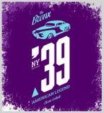 Винтажный логотип футболки вектора корабля изолированный на фиолетовой предпосылке Стоковое Фото