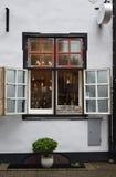 Винтажный магазин меда окна в Риге Стоковое Фото