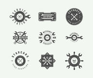 Винтажный механик и автомобиль обслуживают логотипы, эмблемы, значки, ярлыки, бесплатная иллюстрация