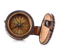 Винтажный медный компас в кожаном случае изолированном на белой предпосылке Стоковые Изображения