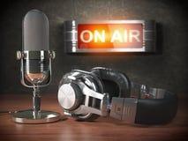 Винтажный микрофон и наушники с шильдиком на воздухе Broadc иллюстрация вектора