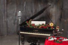 Винтажный микрофон металла хрома в ресторане Стоковая Фотография RF