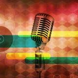 Винтажный микрофон на абстрактной музыкальной предпосылке Стоковое фото RF