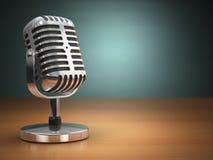 Винтажный микрофон на зеленой предпосылке ретро тип Стоковые Фото