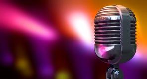 Винтажный микрофон на предпосылке цвета Стоковое Изображение