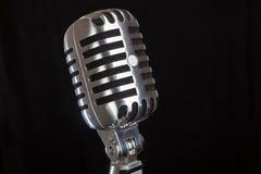 Винтажный микрофон на черной предпосылке Стоковые Изображения RF