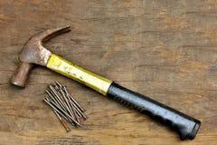 Винтажный молоток и ноготь стоковые изображения rf