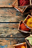 Винтажный натюрморт специи в малых деревянных ящиках Стоковое фото RF