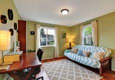 Винтажный домашний офис с мебелью вишни деревянной стоковые изображения rf