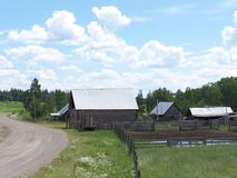 Винтажный дом и двор фермы стоковые изображения