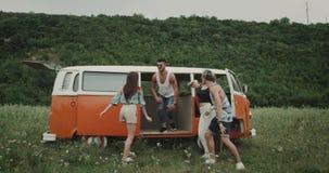 Винтажный оранжевый фургон, в середине группы в составе природы друзья имеет большее время, танцы акции видеоматериалы