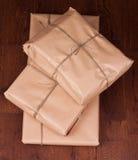 Винтажный пакет подарка на деревянной предпосылке Стоковые Изображения RF