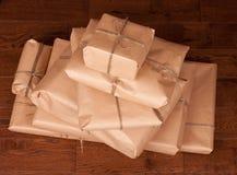 Винтажный пакет подарка на деревянной предпосылке Стоковые Изображения