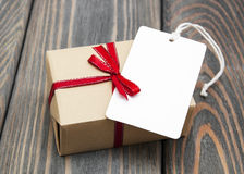 Винтажный пакет подарочной коробки с пустой биркой Стоковое Изображение