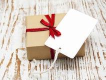 Винтажный пакет подарочной коробки с пустой биркой Стоковые Изображения RF
