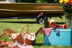 Винтажный пикник на lakehouse Стоковое Изображение RF