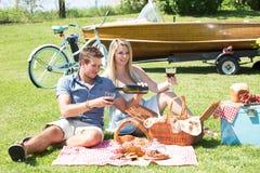 Винтажный пикник страны на озере Стоковое Изображение