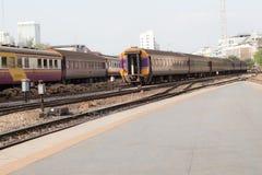 Винтажный поезд, который нужно уйти от станции, железнодорожного пути Стоковое фото RF