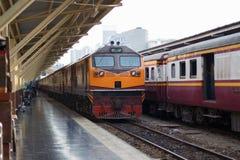 Винтажный поезд, который нужно уйти от станции, железнодорожного пути Стоковая Фотография RF