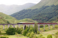 Винтажный поезд пара на виадуке Glenfinnan, Шотландии, Великобритании стоковая фотография