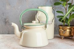 Винтажный покрытый эмалью чайник и консервная банка стоковые фотографии rf