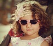 Винтажный портрет девушки ребенк с стилем вьющиеся волосы Стоковое Изображение