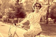 Винтажный портрет девушки с велосипедом Стоковая Фотография RF