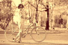 Винтажный портрет девушки с велосипедом Стоковые Изображения