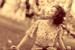 Винтажный портрет девушки с велосипедом Стоковое Изображение RF