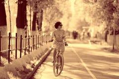 Винтажный портрет девушки с велосипедом Стоковое Фото