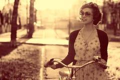 Винтажный портрет девушки с велосипедом Стоковые Фотографии RF