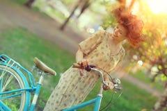 Винтажный портрет девушки с велосипедом Стоковые Изображения RF