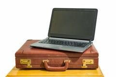 Винтажный портфель с компьтер-книжкой стоковое изображение rf