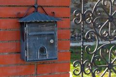 Винтажный почтовый ящик на кирпичной стене outdoors r стоковые фотографии rf