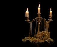 Винтажный подсвечник с горящими свечами и орнаменты рождества золотые чернят предпосылку Стоковые Фото